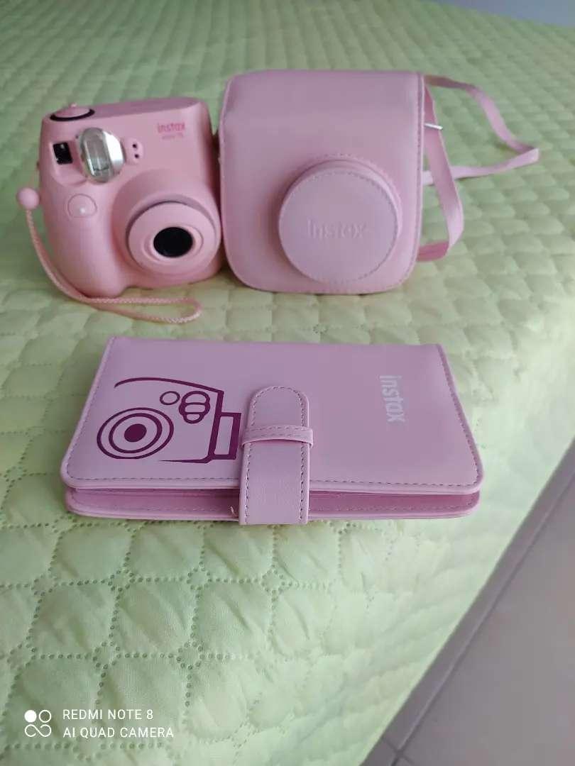 Vendo camara instantánea Fujifilm Instax mini 7s en perfecto estado, viene con su álbum de fotos y su estuche