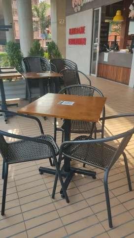 Se vende mesa con 4 sillas