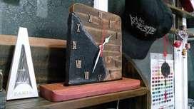 Reloj artesanal en madera y granito negro