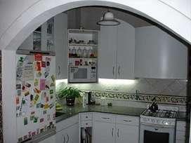 Alquila una habitación muy luminosa con baño privado en casa de familia.