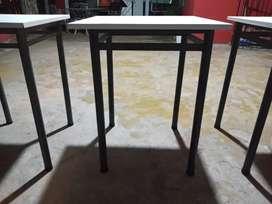 Mesas de caño reforzadas con melamina blanca 60x60