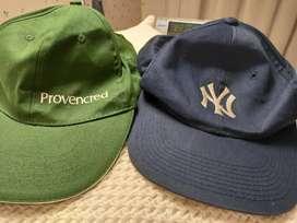 Dos gorras usadas: con logo empresa. Talle único