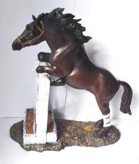 Caballo De Equitación saltando, elaborado en Resina, Pintado A Mano