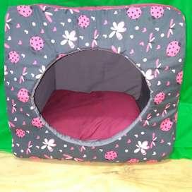 Cama casa para mascotas, tres posiciones, en tela antifluido.