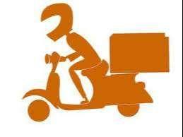 domiciliario con moto y maleta