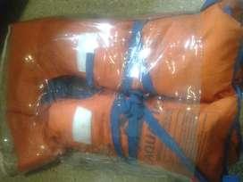 chaleco salvavidas y bolsa de dormir