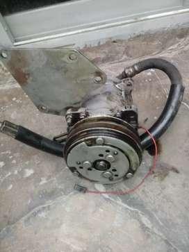 Dos compresores aire, acondicionado, usados con mangueras y uno lleva soporte