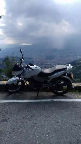 Vendo o cambio moto discover blanca 125 papeles