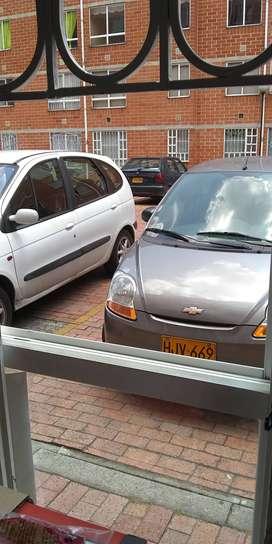 Busco trabajo como conductor de taxi con siete años de experiencia manejo aplicaciones y radiotelefonía.