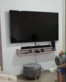 TV LG DE 70 4K + BARRA DE SONIDO LG + REPISA COLOR BEIGE +  BASE DE INSTALACIÓN DEL TV PARA PARED