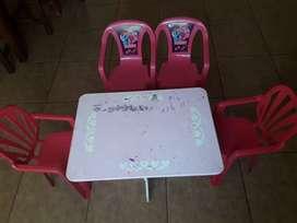 VENDO mesita y sillitas