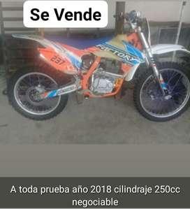 Se vende linda moto deportiva factory aK47