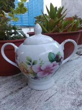 Azucarera/ dulcera blanca con flores y dos manijas