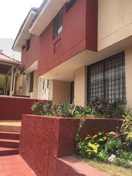 Casa con garage doble, patio, estudio, cuarto de servicio, terraza