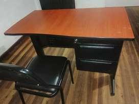 Vendo escritorio con silla.