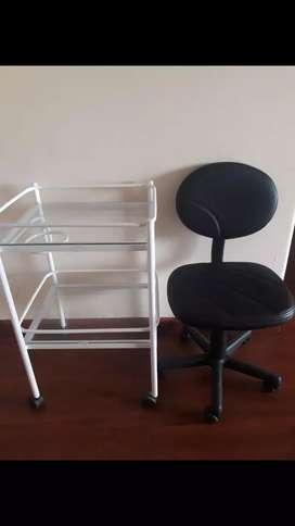 Mesa auxiliar y silla anatómica
