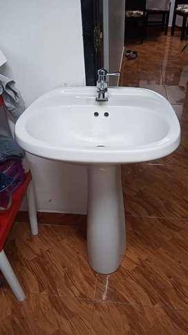 Sevende lavamanos con el soporte para tapar la tuberia
