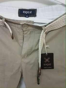 Pantalon corto color beige slim fit