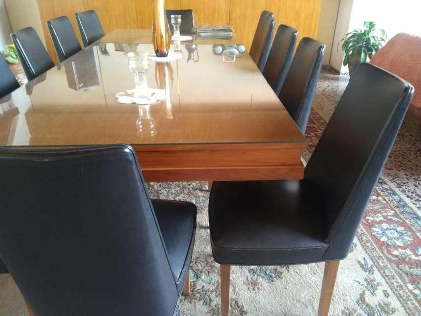 Mesa grande con vidrio grueso y 12 sillas tapizadas en cuero legítimo. Madera Petiribí con bronce en patas.  Impecable. 0