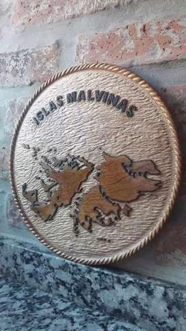 Cuadro malvinas Argentina tallado en algarrobo artesanal 20 centímetros diámetro