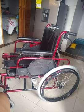 Silla de ruedas reclinable.