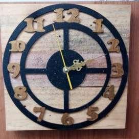 Reloj artesanal madera con aplique
