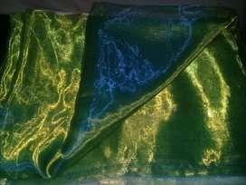 Tela Organza tornasol verde oscuro con destellos dorados verdosos