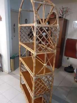 Mueble de caña con estantes.