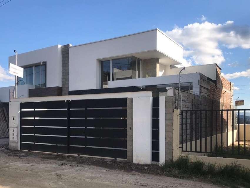 Casa moderna por estrenar en Cuenca con basement 0