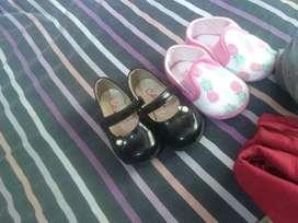 Varios zapatos de nena y zapatitos impecables