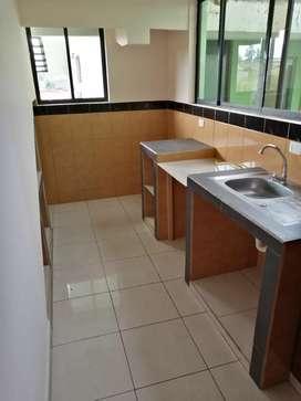 Se alquila departamento, 3 dormitorios, cocina, 2 vamos, sala. Internet incluido. Frente a ESPE