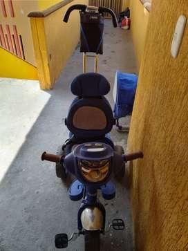 Se vende triciclo color azul en buen estado