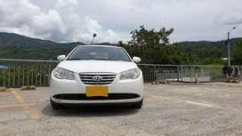 Se vende Hyundai Elantra GLS 2.0 - Vehículo Familiar en excelentes condiciones.