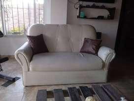 Sillón o sofá 2 cuerpos en cuero beige, muy cuidado