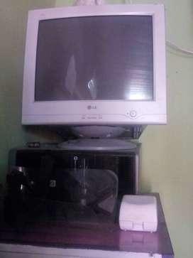 PC de escritorio funciona bien solo tiene que repararse la disquetera.marca comodoro. Se entrega con monitor LG