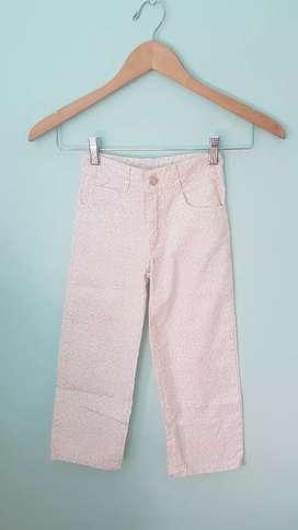 Pantalón de gabardina floreado.