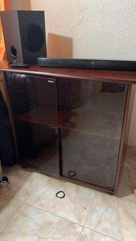 Mesa o bife con rodachines y puertas en vidrio