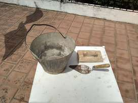 Balde metálico albañilería con cuchara y fratacho