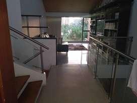 En venta Casa en El Poblado por la transversal superior, cerca del Tesoro, garaje doble, jardín, 6 alcobas $ 850'000.000