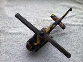Helicoptero de combate bell en madera pintado a mano con caja de estuche