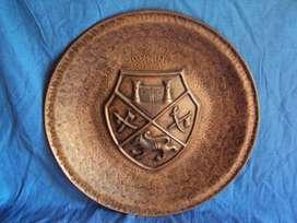 plato de cobre repujado escudo heráldico 48 cm diametro