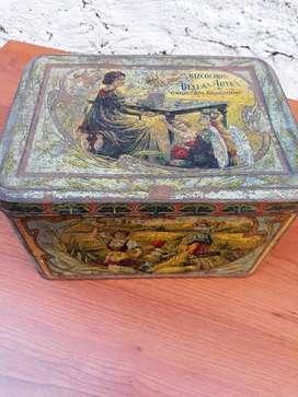 Caja en chapa u hojalata antigua