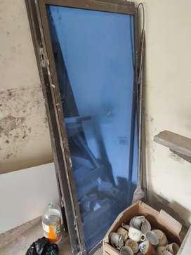 Puertas de madera y ventanas en aluminio y vidrio