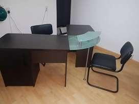 Escritorio ejecutivo de madera y 2 sillas