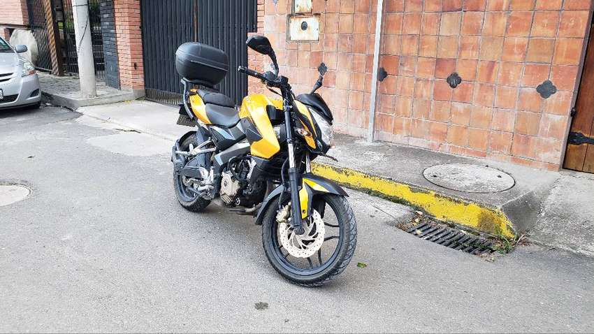 Vendo Bajaj Pulsar NS 200 Amarilla con maletero 0