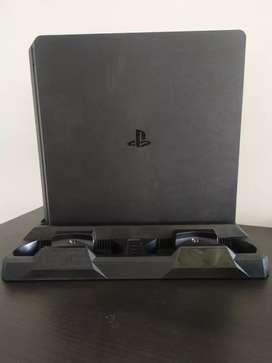 Play station 4 en buen estado, 1000 GB de almacenamiento, incluye 2 controles,base de enfriamiento y carga de controles.