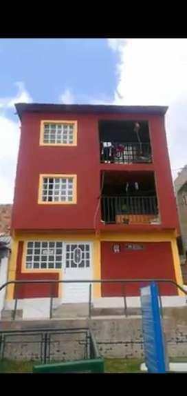 Vendo casa de tres pisos en la ciudad de Bogota. Cada piso es un apartamento que consta de tres habitaciones, sala, baño