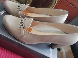 Zapatos de tacón usados como nuevos charol y cuero