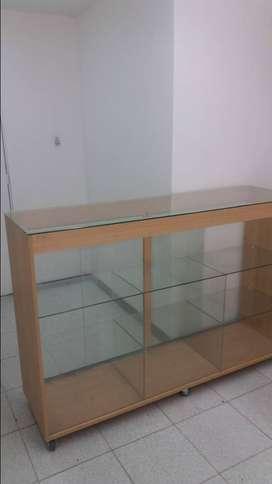 Vitrina en vidrio y madera.