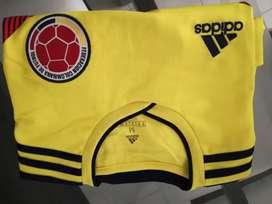 Se vende camiseta talla M de la selección colombiana 100% original precio negociable o se cambia por talla XL
